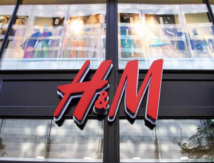 Με τολμηρό σκίσιμο η μαύρη φούστα από τα H&M- Τη φοράς πρωί βράδυ