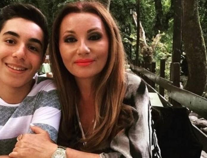 Στα 49 της με καυτό μπικίνι στη Μύκονο η Πόπη Μαλλιωτάκη - Αγνώριστος ο γιος της δίπλα της