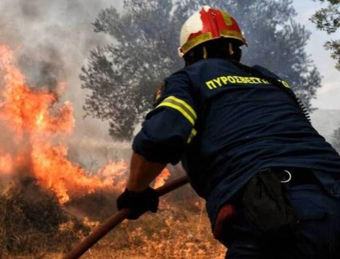 Φωτιά κοντά σε εμπορικό κέντρο στα Σπάτα