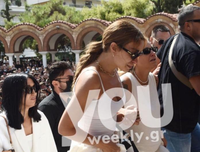 Κηδεία Mad Clip: Στα λευκά, άβαφη και με άφτιαχτο μαλλί η Ελένη Φουρέιρα