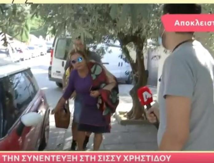 Η Ελισάβετ Κωνσταντινίδου απέφυγε να μιλήσει σε δημοσιογράφο μετά το σάλο - Τον προσπέρασε φουριόζα