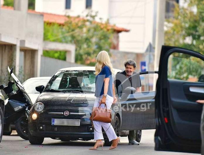 Την περίμενε έξω από το σπίτι με λουλούδια - Αποκλειστικές φωτογραφίες Γιάννη Λάτσιου και Ελένης Μενεγάκη