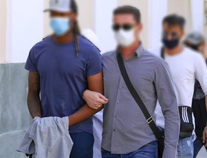 Στο πλευρό του ποδοσφαιριστή που κατηγορείται για βιασμό η σύντροφός του