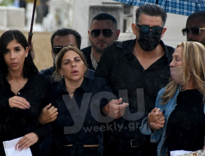 Θρήνος στο μνημόσυνο του Mad Clip - Υποβασταζόμενη έφτασε στον τάφο του η μητέρα του