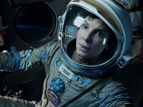 458b908983da Στις 20 Δεκεμβρίου του 2000, η σταρ του «Gravity» Σάντρα Μπούλοκ - που στην  ταινία «οδηγεί» διαστημόπλοιο - βρέθηκε σε αεροσκάφος που κατά τη  διαδικασία ...