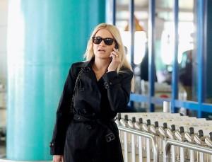 Στο αεροδρόμιο η Φαίη Σκορδά με το Νίκο Ηλιόπουλο - Φωτογραφίες από την αναχώρηση και την άφιξη τους
