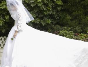 Κορωνοϊός:  Γαμπρός και νύφη με μάσκα και γάντια σε γάμο στην Ιταλία