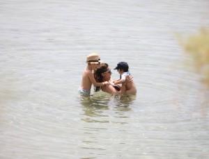 Κατερίνα Παπουτσάκη: Την τσάκωσαν με τα παιδιά στην παραλία - Έχει κορμάρα χωρίς φίλτρα