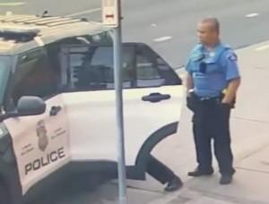 Νέο σοκαριστικό βίντεο από την δολοφονία του Τζορτζ Φλόιντ - Τον χτυπούσαν και στο περιπολικό