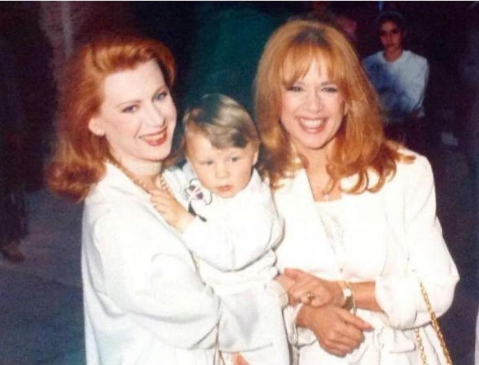 Συγκινητικό! Οι σπάνιες φωτογραφίες από τη βάφτιση του γιου της Ακρίτα με νονά την Αλίκη Βουγιουκλάκη