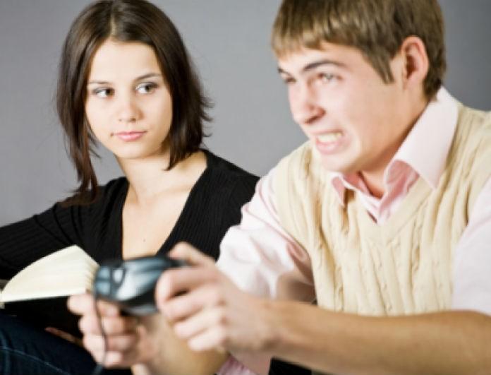 Πώς να ξέρετε αν ένα κορίτσι ενδιαφέρεται να βγαίνει μαζί σας