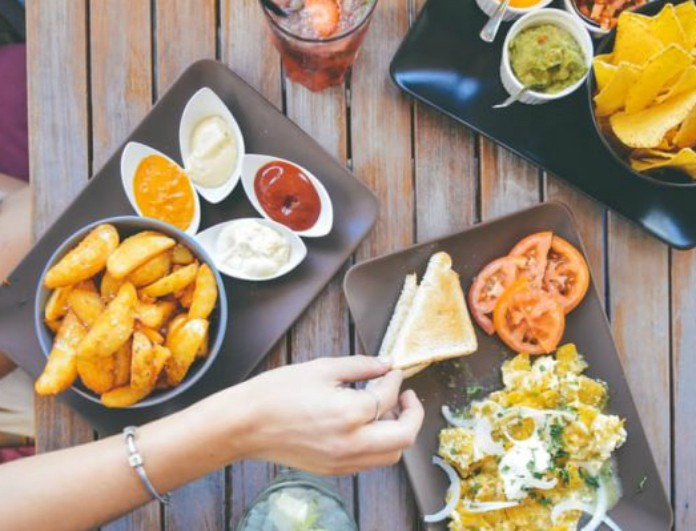 Απιστεύτο! Δεν μπορείς να φανταστείς τι συμβαίνει στον οργανισμό σου όταν καταναλώνεις πολύ γρήγορα το φαγητό!