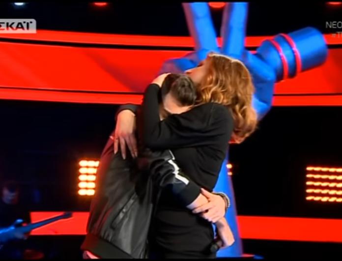 The Voice: Πήγε να λιποθυμήσει ο παίκτης στην σκηνή - Έτρεξε η Παπαρίζου για βοήθεια! (Βίντεο)
