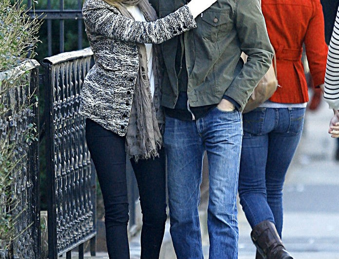 EMMA-STONE-and-Andrew-Garfield-Sharing-a-Kiss-in-New-York-3