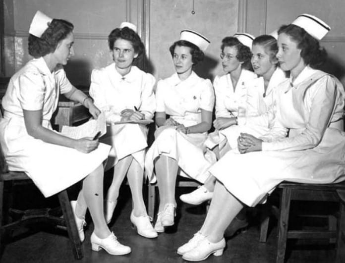 Μια νοσοκόμα που βγαίνει με ένα γιατρό