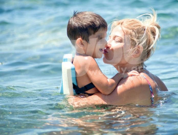 Ατελείωτες διακοπές για την Φαίη Σκορδά! Τα παιχνίδια στη θάλασσα με τον μικρό Δημητράκη... (Photos)