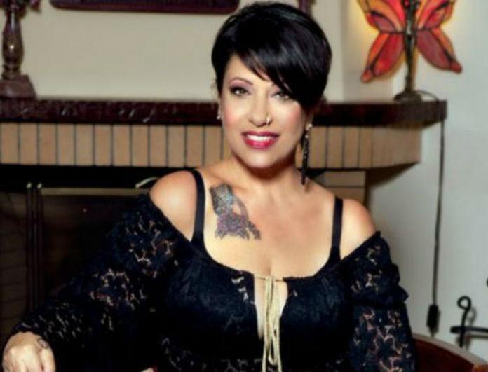 Ακομπλεξάριστη! Η Julie Massino ποζάρει χωρίς ίχνος μακιγιάζ και ρετούς στα 61 της! Θα πάθετε πλάκα...