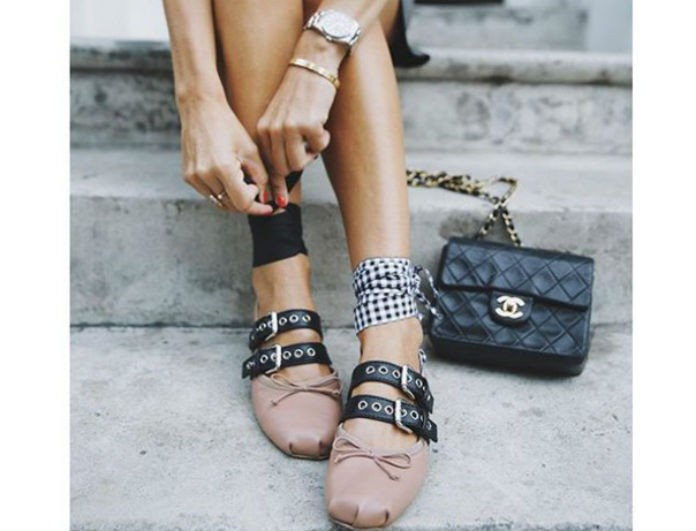 Kαλωσορίστε τα mules-μπαλαρίνες, τα παπούτσια που κάνουν νέα είσοδο στη ζωή μας