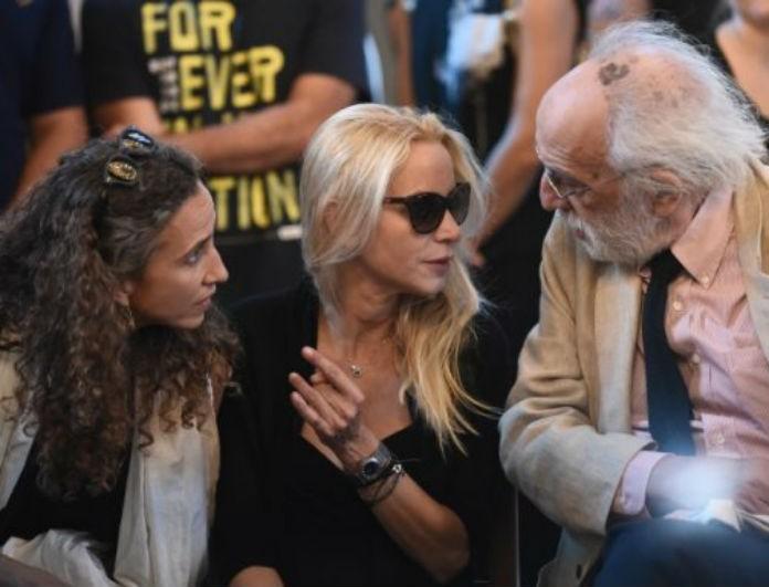 Μνημόσυνο Ζωής Λάσκαρη: Τραγικές φιγούρες ο Αλέξανδρος Λυκουρέζος και οι κόρες της ηθοποιού μπροστά στα κόλλυβα