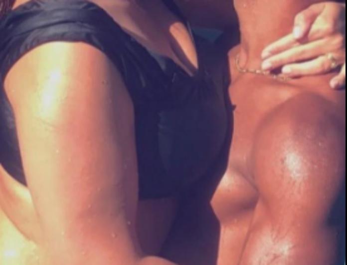Ασυγκράτητοι! Καυτά φιλιά και αγκαλιές στην πισίνα για γνωστό ζευγάρι της showbiz! Ο λόγος για τους...