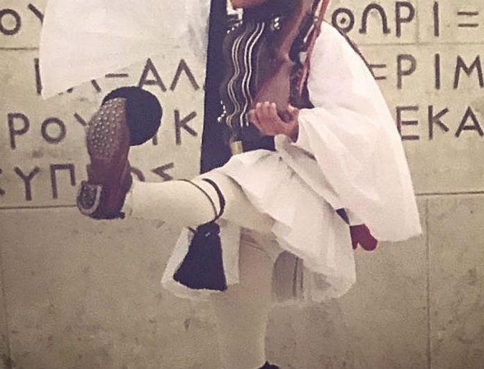 Πασίγνωστος Έλληνας ηθοποιός πριν 9 χρόνια συμμετείχε στην παρέλαση ως Εύζωνας! Ο λόγος για τον...