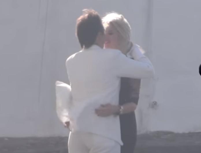 Άκρως διαχυτικός ο Στράτος Τζώρτζογλου στα σοκάκια της Μυκόνου με την κατά πολύ νεότερη σύντροφό του! (Βίντεο)
