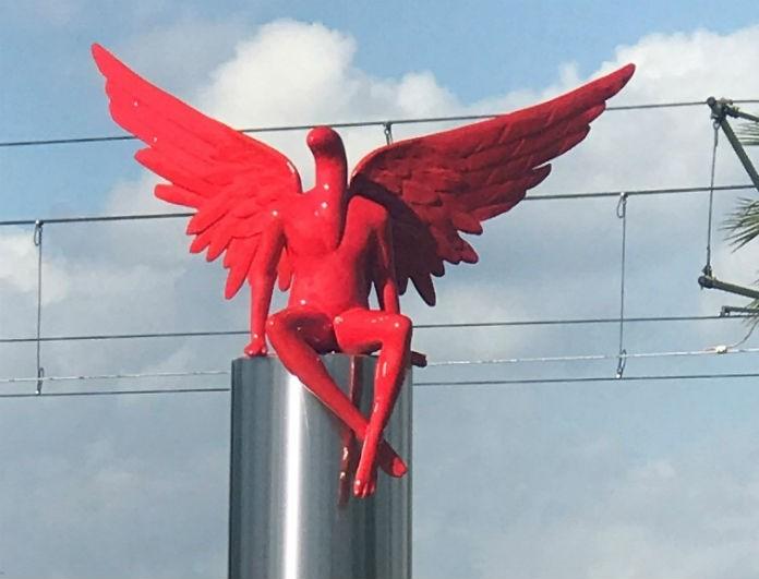 Απίστευτο! Τον κόκκινο άγγελο στο Π.Φάληρο τον γκρέμισαν κάτοικοι -Τον έδεσαν με σχοινιά και τον τράβηξαν με ΙΧ!