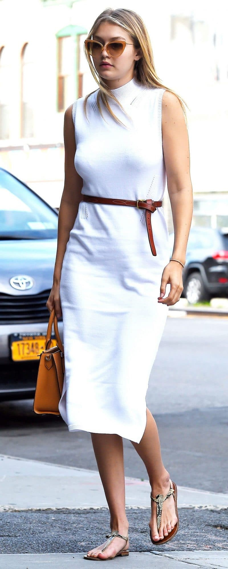 e569b2c4359 7 τρόποι να φορέσεις το λευκό σου φόρεμα! Πως να πραγματοποιήσεις ...