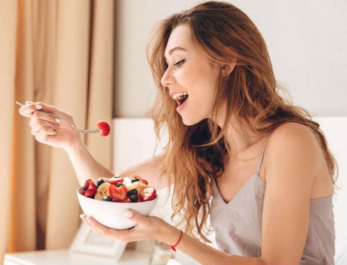 Έφαγες υπερβολικό φαγητό χθες; Μάθε γιατί σήμερα ΔΕΝ πρέπει να «λιμοκτονήσεις»