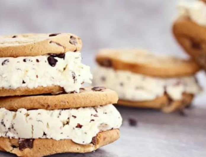 Πεντανόστιμα καλοκαιρινά γλυκά: Σάντουιτς παγωτό με κούκις!