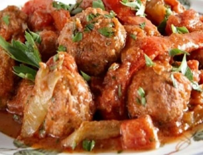 Μία υπέροχη συνταγή: Κεφτέδες κοκκινιστοί με πιπεριές!