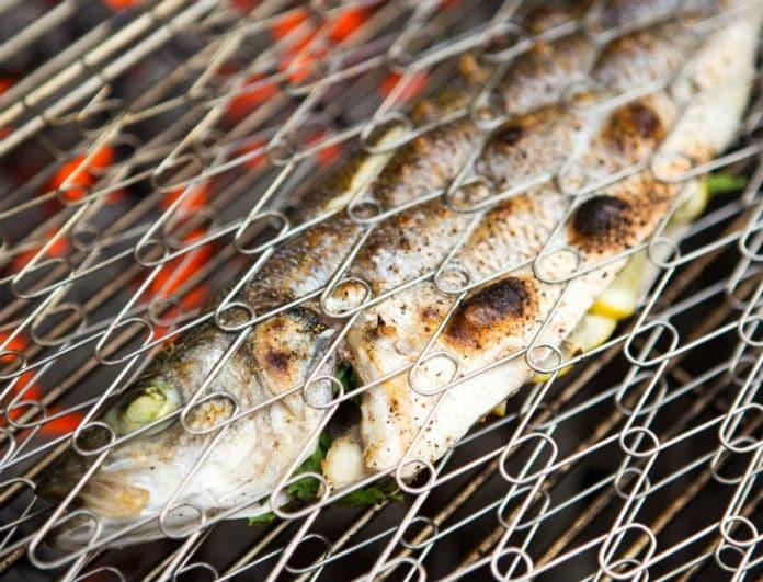Ψάρι στα κάρβουνα: Πως να το ψήσεις σωστά χωρίς να διαλυθεί!