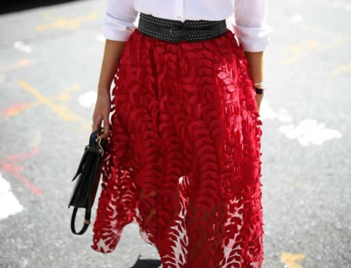 Συνδύασε την κόκκινη φούστα σου με τον πιο παιχνιδιάρικο τρόπο και κλέψε τις εντυπώσεις!