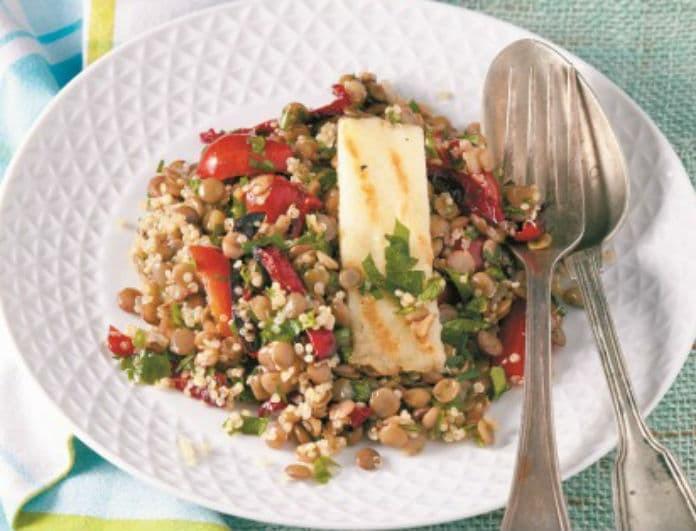 Η συνταγή της ημέρας: Σαλάτα με φακές, κινόα, κόκκινες πιπεριές και βινεγκρέτ μήλου από την Ντίνα Νικολάου!