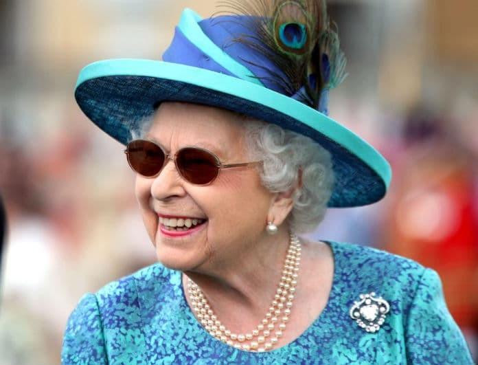 f7243a3f5494 Βασίλισσα Ελισάβετ  Τα στρογγυλά γυαλιά της είναι η τελευταία τάση στην  μόδα! Το