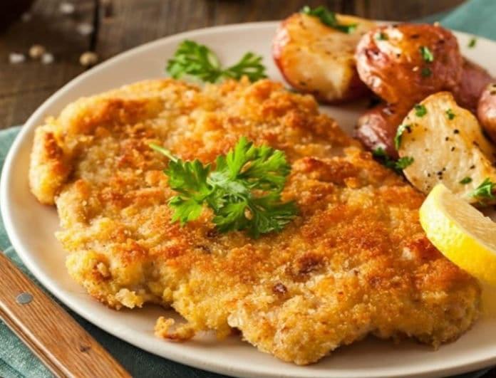 Μία νόστιμη συνταγή: Φτιάξτε κλασικό σνίτσελ με πατάτες καπνιστές!
