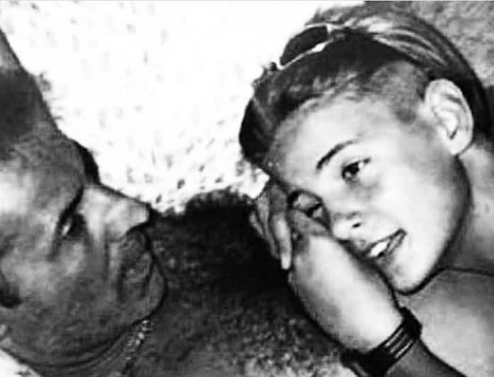Το αγοράκι της φωτογραφίας είναι κούκλος πασίγνωστος Έλληνας τραγουδιστής με τον πατέρα του!