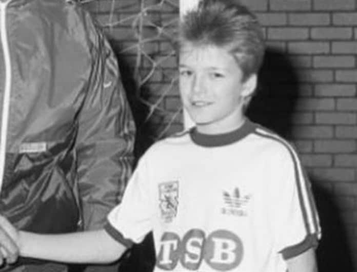 Ο πιτσιρικάς της φωτογραφίας είναι κούκλος πρώην ποδοσφαιριστής! Τον αναγνωρίσατε;