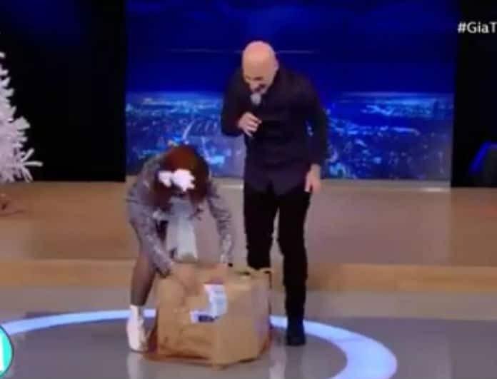Έπαθε πανικό ο Μουτσινάς on air! Η έκπληξη που δέχθηκε από τους συνεργάτες του! (Βίντεο)