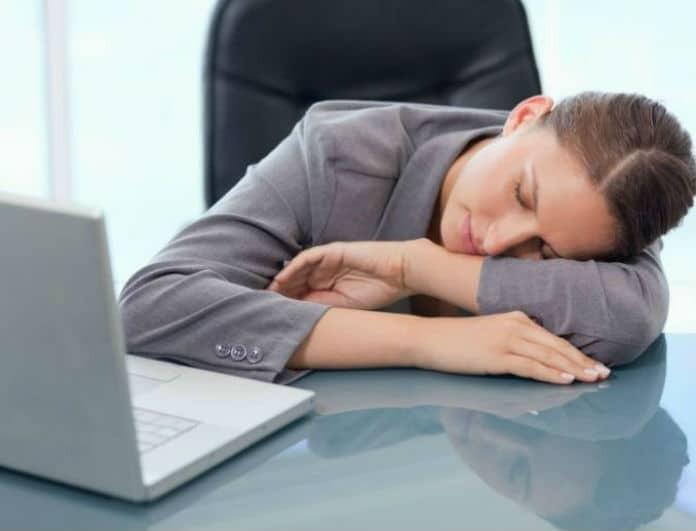 Πάτε στη δουλειά μετά από ξενύχτι; Οδηγός επιβίωσης για να μην είσαι σαν ζόμπι!