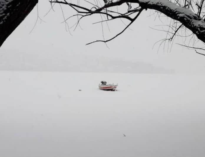 Εικόνες σαν από παραμύθι! Η λίμνη της Καστοριάς ντύθηκε στα λευκά!