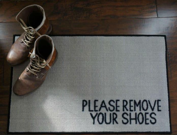 Γιατί να μην μπαίνετε ΠΟΤΕ με τα παπούτσια μέσα στο σπίτι;