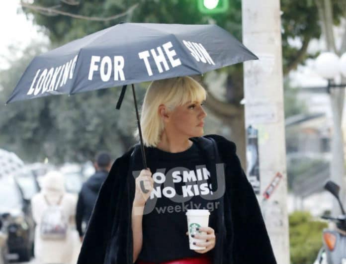 Σάσα Σταμάτη: Stylish in the rain! Το παντελόνι που λατρέψαμε!