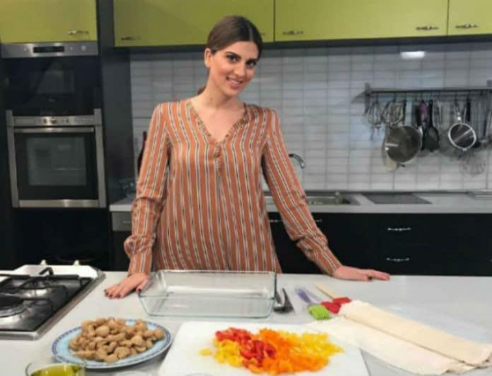 Σταματίνα Τσιμτσιλή: Η συνταγή της μητέρας της για κοτόπουλο με χυλοπίτες στην κατσαρόλα!