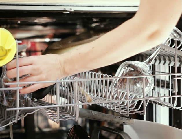 Αυτό το ήξερες; Μάθε πως να κάνεις τα πιάτα σου να... αστράφτουν!