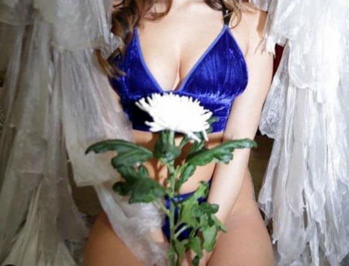 Πασίγνωστη Ελληνίδα ποζάρει με εσώρουχα και... κατάλευκο λουλούδι στα επίμαχα σημεία!