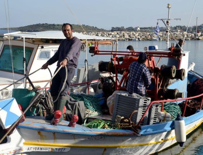 Λέσβος: Αυτός είναι ο 35χρονος ψαράς που κάθε μέρα μοιράζει φρέσκα ψάρια στα προσφυγόπουλα!
