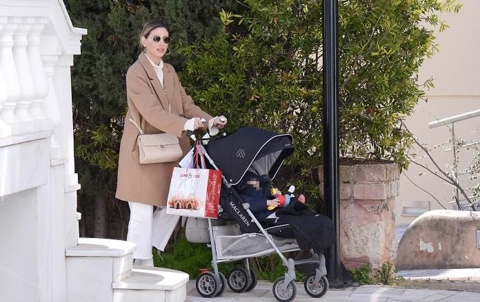 Αθηνά Οικονομάκου: Με τσάντα 1.600 ευρώ και το μωράκι της βόλτα στην Κηφισιά! Αποκλειστικές φωτογραφίες...