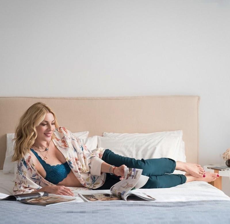 Σμαράγδα Καρύδη: Ποζάρει με εσώρουχα στο κρεβάτι