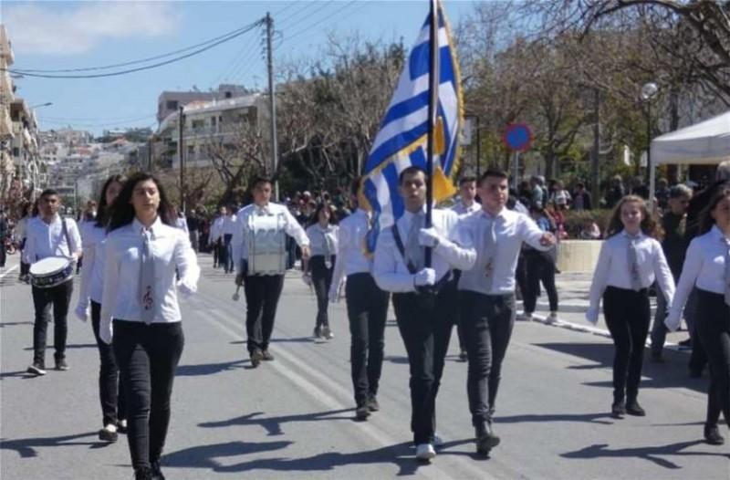 Κρήτη: Συγκινεί ο τυφλός σημαιοφόρος! Το τεράστιο χειροκρότημα!